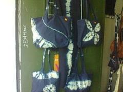 Bolsos teñidos con añil