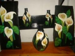 Juego de pinturas en madera y vasijas de barro